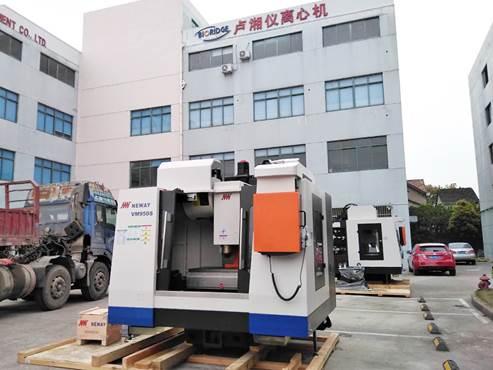 上海卢湘仪新购入两台数控加工中心,助力离心机的升级换代